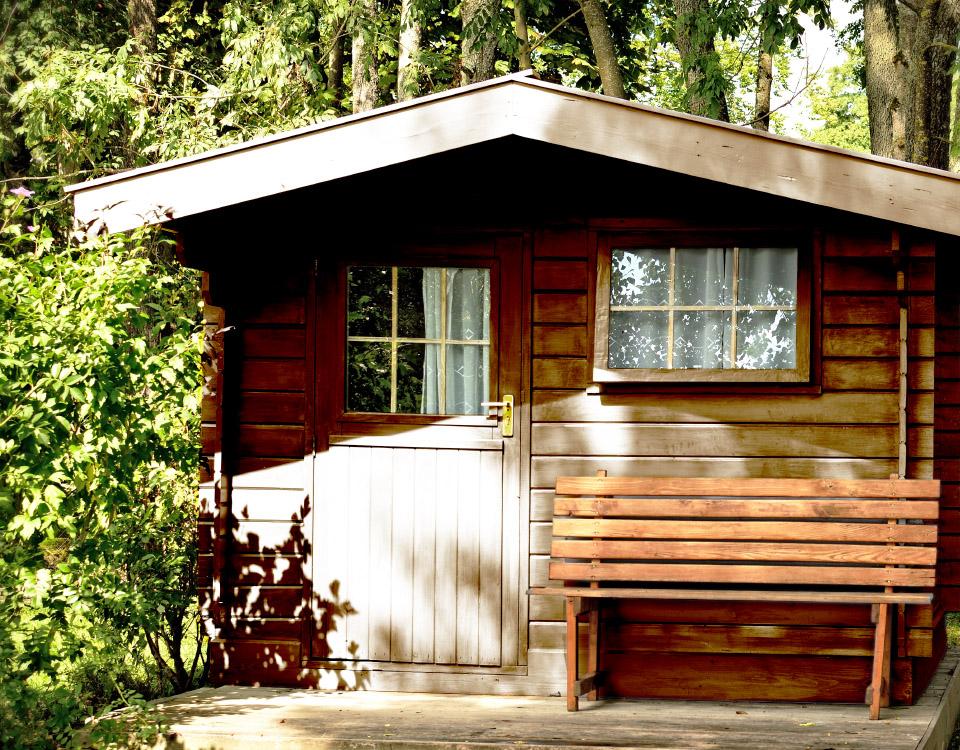 Aplicación de serie Life´s Colour y Esfera en caseta de madera para jardín