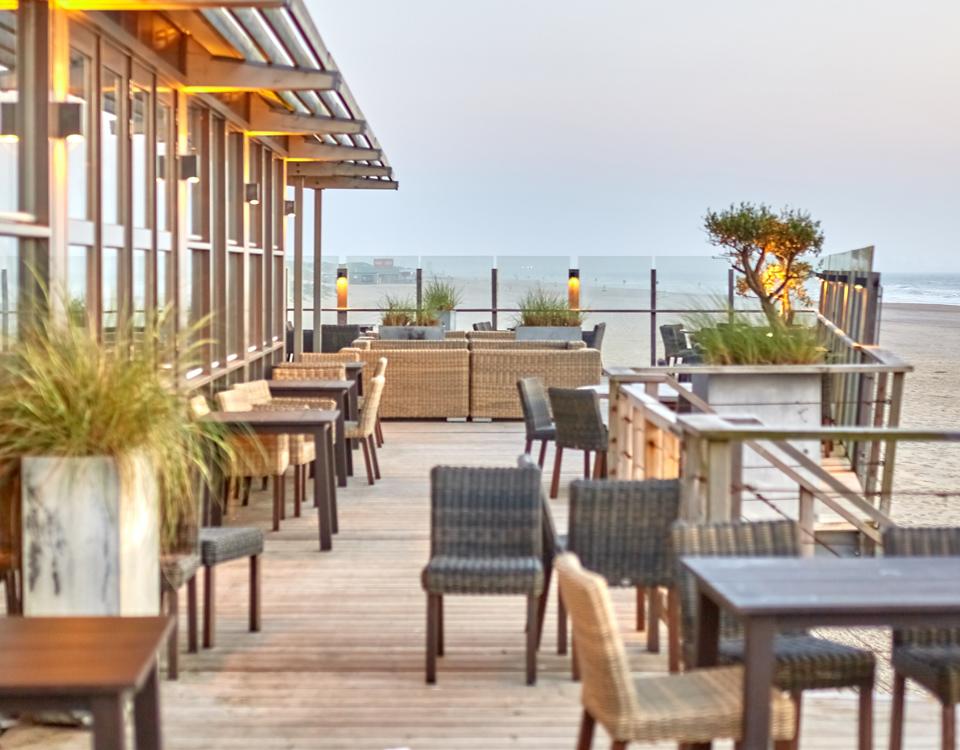 Terraza construida de madera cerca del mar